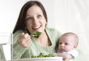 madre-comiendo